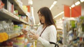Покупки молодой женщины для мебели, стекел, блюд и домашнего оформления в магазине сток-видео