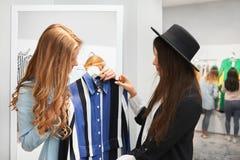 Покупки молодой женщины для одежд Стоковые Фото