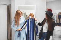 Покупки молодой женщины для одежд Стоковое Фото
