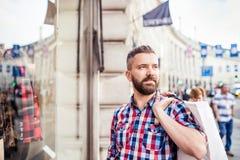 Покупки молодого человека в городе стоковые фото