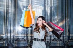 Покупки молодой женщины в моле стоковые изображения
