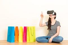 Покупки оборудования виртуальной реальности женщины онлайн Стоковая Фотография RF