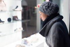 Покупки окна женщины Стоковое Изображение