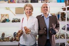 Покупки пар пенсионера для ботинок Стоковые Изображения RF