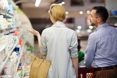 Покупки пар для бакалей в супермаркете стоковое изображение rf