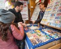 Покупки пасхи - обсуждая цена Стоковые Фотографии RF