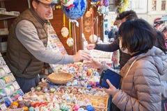 Покупки пасхи - обсудите цену Стоковая Фотография RF