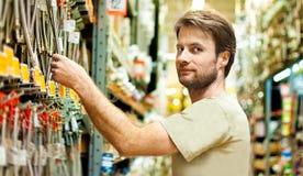 Покупки разнорабочего в выходе DIY Стоковая Фотография RF