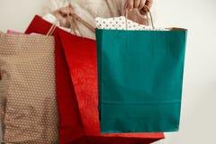 Покупки рождества и сезонная продажа Счастливое colorfu удерживания девушки стоковое фото