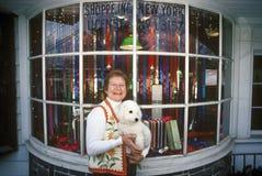 Покупки рождества женщины и собаки, Woodstock, NY Стоковые Изображения