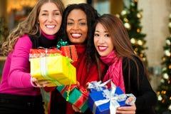Покупки рождества друзей с настоящими моментами в моле Стоковое фото RF