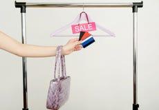 Покупки руки женщины Unrecogniazible с кредитными карточками на продаже Стоковая Фотография RF