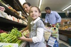 Покупки семьи в супермаркете Стоковая Фотография RF