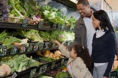 Покупки семьи в супермаркете стоковое изображение