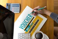 Покупки технологии кредитной карточки онлайн и ваучер Cou карточки подарка Стоковые Изображения RF