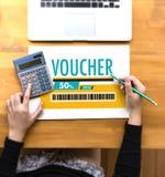 Покупки технологии кредитной карточки онлайн и ваучер Cou карточки подарка Стоковое фото RF