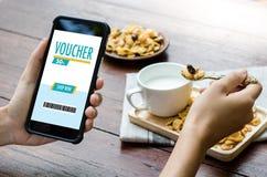 Покупки технологии кредитной карточки онлайн и ваучер Cou карточки подарка Стоковая Фотография