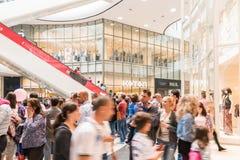 Покупки толпы людей в роскошном интерьере мола Стоковые Изображения