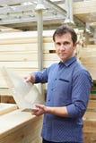 Покупки человека для деревянного тимберса в магазине Стоковые Изображения