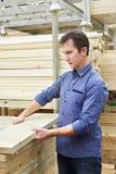 Покупки человека для деревянного тимберса в магазине Стоковое Изображение