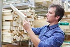 Покупки человека для деревянного тимберса в магазине Стоковые Фотографии RF