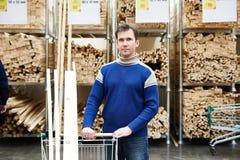 Покупки человека для тимберса в магазине Стоковые Фото