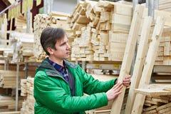 Покупки человека для тимберса в магазине DIY Стоковые Изображения RF