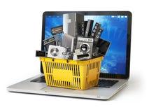 Покупки электронной коммерции онлайн или концепция поставки Бытовое устройство в магазинной тележкае на клавиатуре компьтер-книжк Стоковое Изображение RF