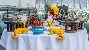 Поклонение едой на китайский Новый Год стоковые фотографии rf