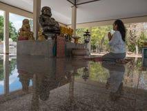 Поклонение к статуе Будды стоковые фотографии rf