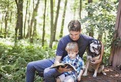 Поклонение молодого человека и ребенка стоковое фото rf