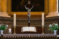 Поклонению алтара подиума библии святая книга b церков религиозному внутренняя Стоковые Фотографии RF