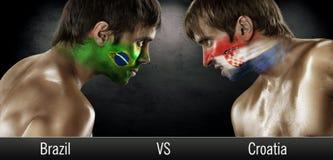 2 поклонника футбола с флагами лицом к лицу Стоковые Фотографии RF