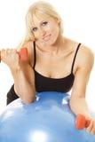 полагаться exerciser шарика завивая Стоковые Изображения RF