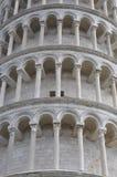 Полагаясь башня деталей Pisa архитектурноакустических Стоковая Фотография RF