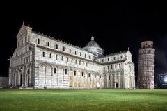 Полагаясь башня и собор в Пизе стоковые изображения rf