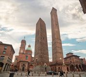 Полагаясь средневековые башни болонья стоковая фотография rf