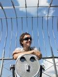 полагаясь детеныши телескопа человека Стоковое Изображение