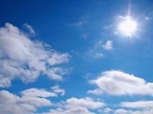 Полдень Солнце в облачном небе стоковые фотографии rf