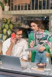 Полезная жена приходя к ее предпринимателю принося некоторые документы стоковое изображение