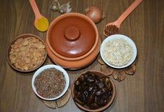 Полезная калорийная пища aand на вашей таблице стоковые фотографии rf