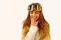 полезного время работы потеха рождества Время для подарков Спорт и деятельность при зимы Ботинки и стекла лыжи Женщина в одеждах  стоковая фотография