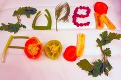 Полезные продукты, овощи и плодоовощи положены вне в надпись, здоровую еду стоковое фото rf