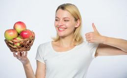 Полезный и вкусный витамин и dieting еда сад, девушка садовника с корзиной яблока Счастливая женщина есть яблоко farming стоковое фото rf