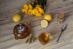 Полезный травяной чай с лимоном в чашке Стоковые Изображения RF