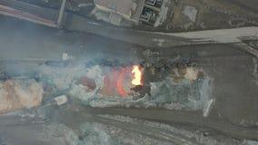 Полейте жидкий шлак от танка тепловоза на металлургическом предприятии вид с воздуха акции видеоматериалы