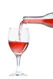 полейте розовое вино стоковое изображение rf