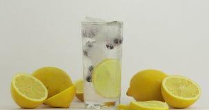 Полейте холодный напиток соды Лимон и лед в стекле напитка Освежая коктейль сток-видео