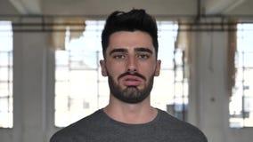 Поленика молодого человека дуя к камере сток-видео