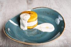 Полента с сыром покрытым со сметаной стоковое фото rf